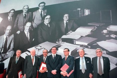 Ruiz Gallardón (4º) a la izquierda de Peces-Barba, en 2001, en un acto de reconocimiento de la CAM a los 'padres' de la Constitución. | J. Villanueva