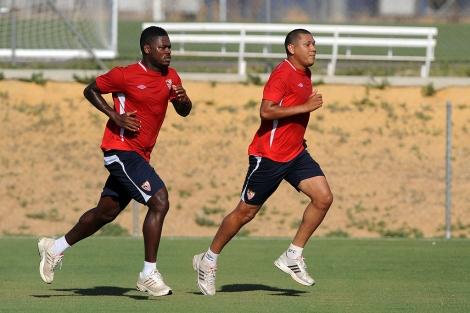 Romaric, a la izquierda, y Maduro, durante un entrenamiento del Sevilla.| M.M.