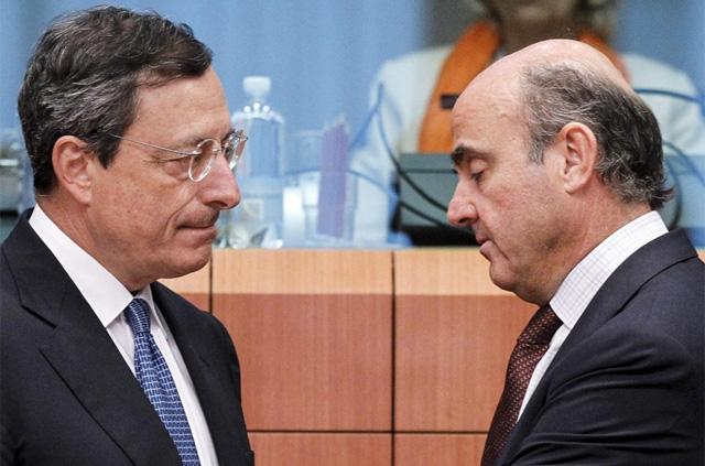 El presidente del BCE, Mario Draghi (izq.), y el ministro de Economía, Luis de Guindos. | Efe