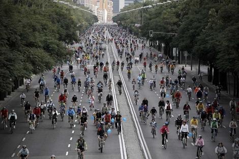 Ciclistas por Madrid, durante el último Día de la Bicicleta. | Alberto di Lolli