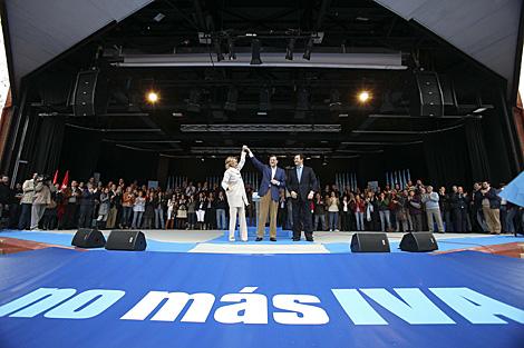 Mariano Rajoy junto a Esperanza Aguirre, en 2010, en la campaña contra el IVA.   Diego Sinova