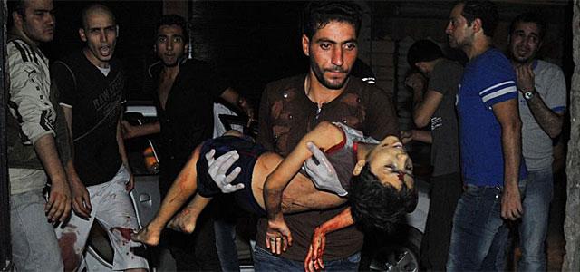 El cuerpo de un niño fallecido por la violencia en Alepo.   Afp