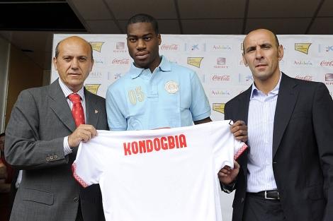 El jugador Kondogbia junto a José María del Nido y Monchi. | ELMUNDO.es