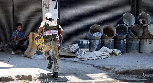 Rebeldes luchan contra las fuerzas del régimen en el distrito de Shaar, en Alepo. | Afp