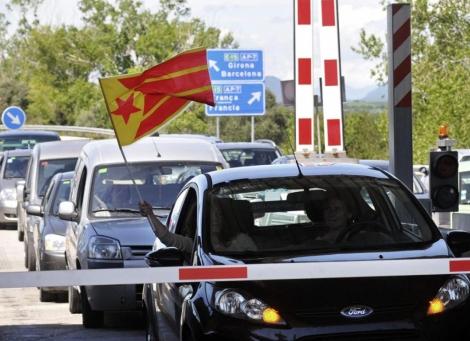 Protesta antipeajes en la AP-7 a la altura de Girona. | Efe