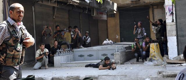 Rebeldes se enfrentan a las tropas del Ejército sirio en un barrio del norte de la ciudad. | Afp