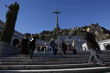 Feligreses abandonan la basílica tras oír misa en el Valle de los Caídos. | J. Barbancho