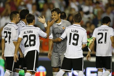 Los futbolistas del Valencia felicitan a su portero Diego Alves. | AFP
