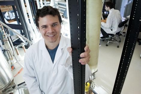 El científico español en su laboratorio del MIT.   E.M.