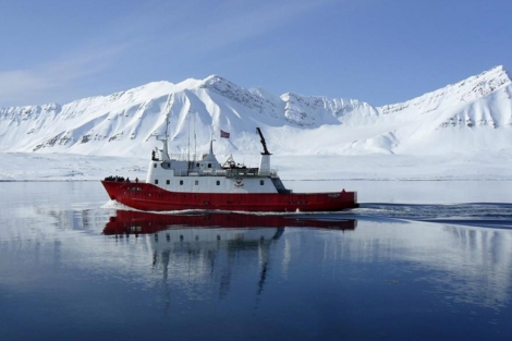 Un barco navega por Isfjorden, en las islas noruegas de Svalbard. | Reuters