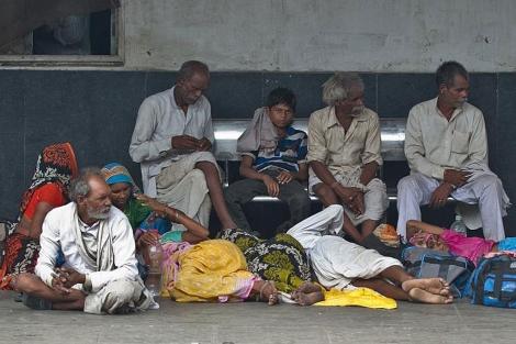 Pasajeros indios esperando un tren tras el apagón, en Nueva Delhi. | Afp