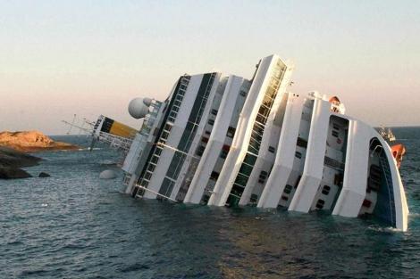 El crucero 'Costa Concordia', encallado frente a la isla de Giglio, en Italia.