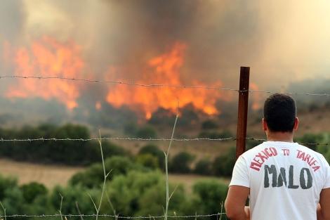 Un hombre observa las grandes llamas del incendio. | Francisco Ledesma
