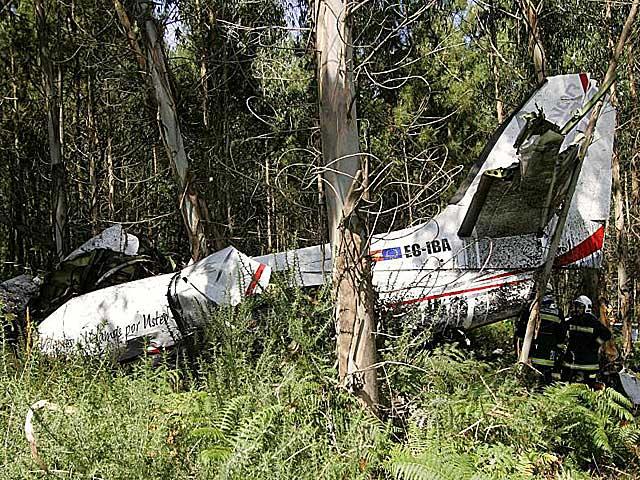 Restos del fuselaje del avión siniestrado en Santiago. | Xoán Rey / Efe