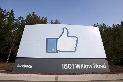 Área de la sede principal de Facebook en Menlo Park (EEUU) con el clásico 'Me Gusta'.   Efe