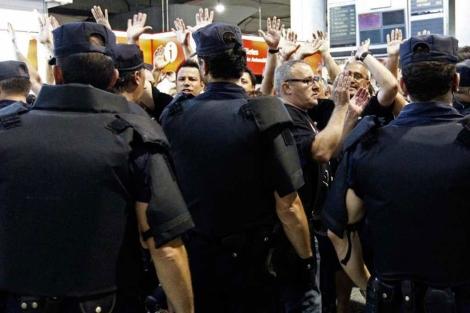Agentes de la Policía Nacional vigilando la concentración | Efe [MÁS IMÁGENES]
