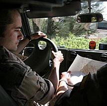 Dos militares deciden la ruta. | R. González