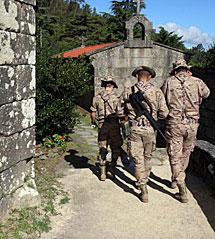 La patrulla avanza por un camino. | R.G.