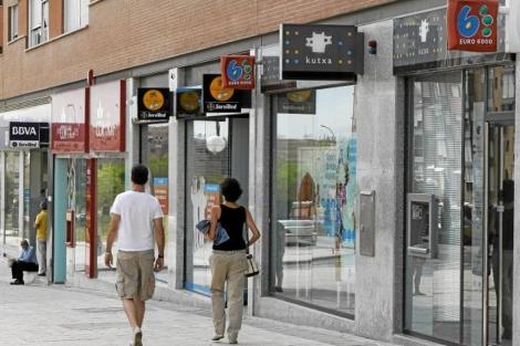Varias sucursales bancarias en una misma acera. | Sergio González