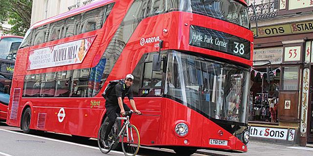 El 'Routemaster' en su paso por la ciudad de Londres.   Carlos Fresneda