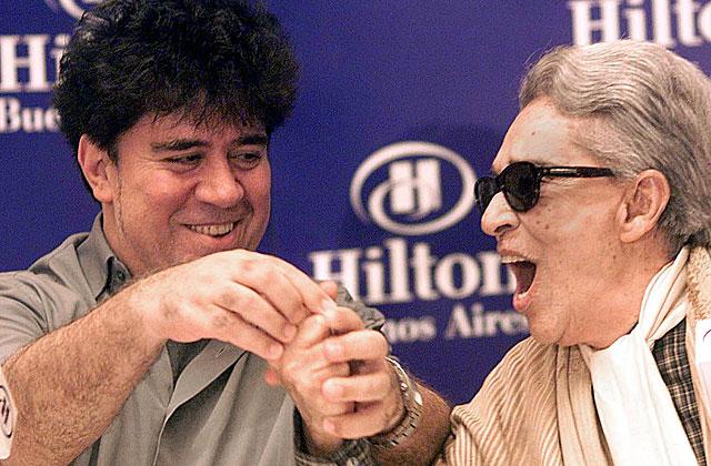 Pedro Almodóvar y Chavela Vargas, en una rueda de prensa en Buenos Aires en 2001. | EL MUNDO
