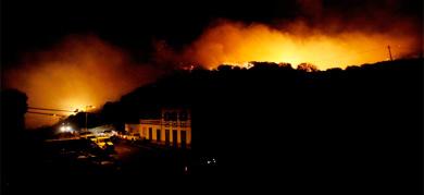 El fuego de la La Palma cerca de una residencia. | Afp