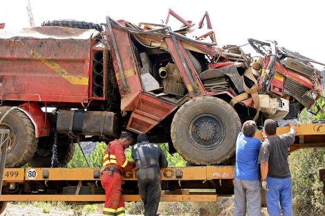 Estado en el que quedó el camión de la UME accidentado, donde murió un militar.   Efe