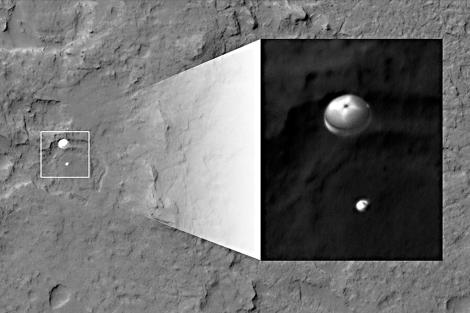 Curiosity, con paracaídas, aterrizando en Marte.   AFP/NASA