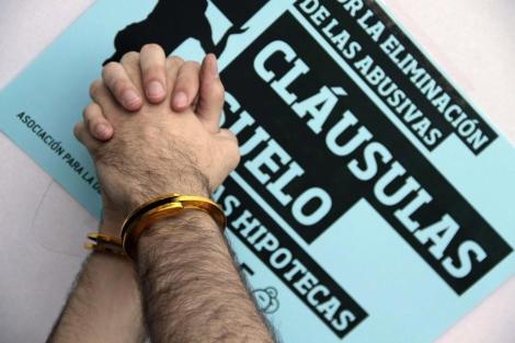 Imagen tomada en una reciente protesta contra las cláusula suelo en Madrid.   Efe