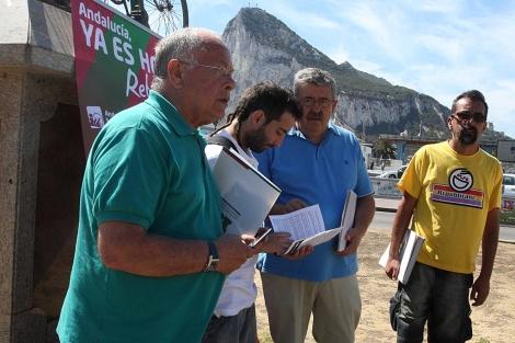 El ex diputado de IU acompañado de otros simpatizantes del partido. | Francisco Ledesma