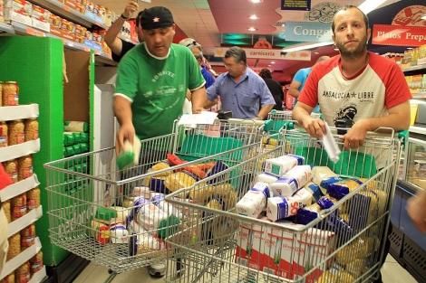 Simpatizantes del SAT llenan los carros con comida. | Manuel Rodríguez (Efe)