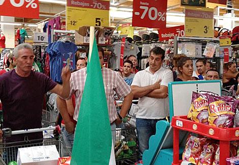 Diego Cañamero, en el Carrefour de Arcos de la Frontera. | Cata Zambrano