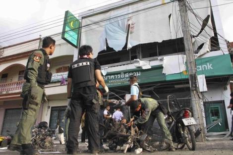 Soldados tailandeses inspeccionan el lugar donde estalló una bomba, este lunes. | Reuters
