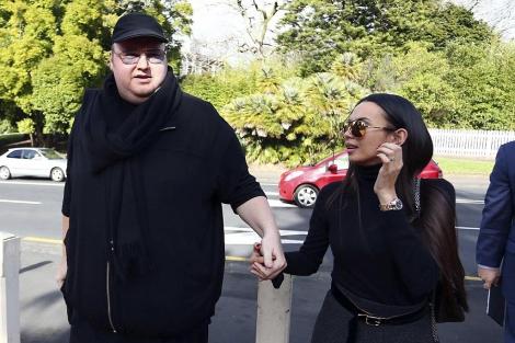 Kim 'Dotcom', junto a su esposa, antes de entrar al Tribunal.   Reuters