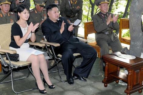 Kim Jong-Un, junto a su esposa. / AFP