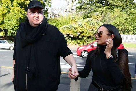Kim 'Dotcom' acude al tribunal junto a su mujer. | Reuters