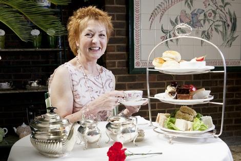 Jane Pettigrew en el salón de té del hotel Chesterfield Mayfair.   I. Saizar