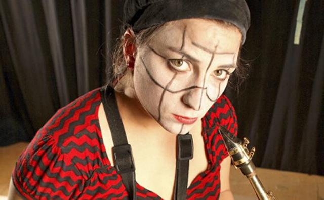 La acróbata, payasa y saxofonista Alba Sarraute