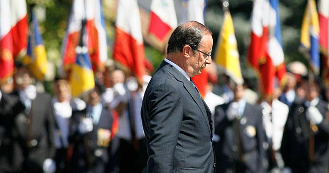 Hollande, este domingo en un homenaje a un militar muerto en Afganistán. | Reuters