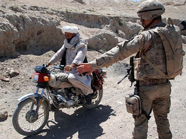 Un militar español pide a un motorista que reduzca la marcha en Badghis. | M. B.