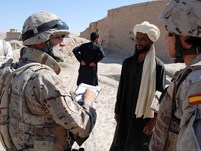 El subteniente Ortega habla con un afgano sobre los pozos. | MÒNICA BERNABÉ