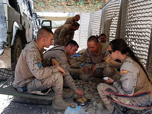 Militares españoles preparan la comida en el campamento de Dar-e-bum. | Mònica Bernabé