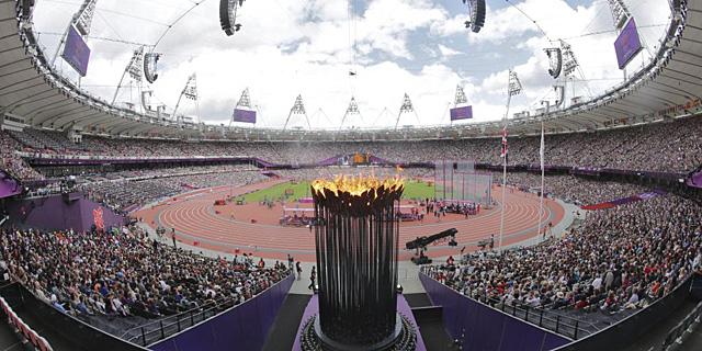 La llama olímpica, durante una de las jornadas de atletismo. | Efe