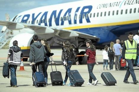Pasajeros embarcan en un vuelo de Ryanair en Valladolid.   Montse Alvárez