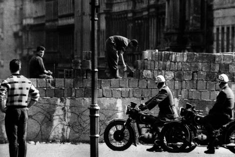 Obreros levantando el muro de Berlín, en 1961. | E.M
