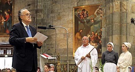 El alcalde de Bilbao, en la Basílica de la Virgen de Begoña. | Alfredo Aldai / Efe