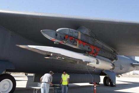 Avión no tripulado X-51A Waverider debajo del ala de un bombardero B-52. | Efe