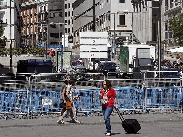 Ciudadanos pasan por una de las vallas que blindan el Congreso desde julio. | Javier Barbancho