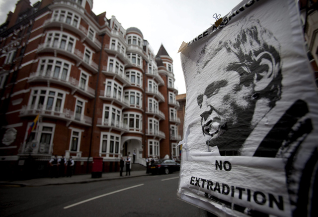 Póster del fundador de WikiLeaks a la entrada de la embajada de Ecuador en Londres.| Efe/Tal Cohen