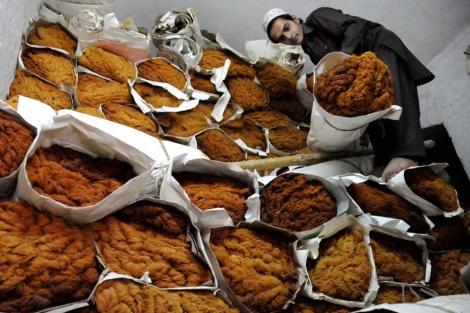 Un vendedor prepara los dulces tradicionales para romper el ayuno del ramadán.   Efe
